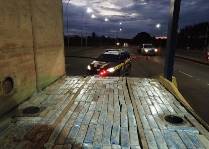 PRF apreende carreta com quase uma tonelada de maconha no Paraná nesta sexta-feira, 14