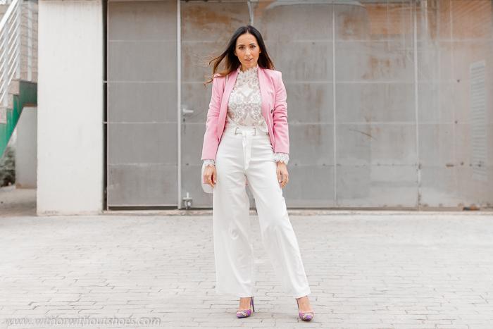 Look como combinar los pantalones blancos en otoño invierno con chaqueta blazer rosa Zara y salones Pura Lopez