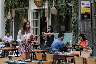 Cafés e restaurantes reabrem na Grécia