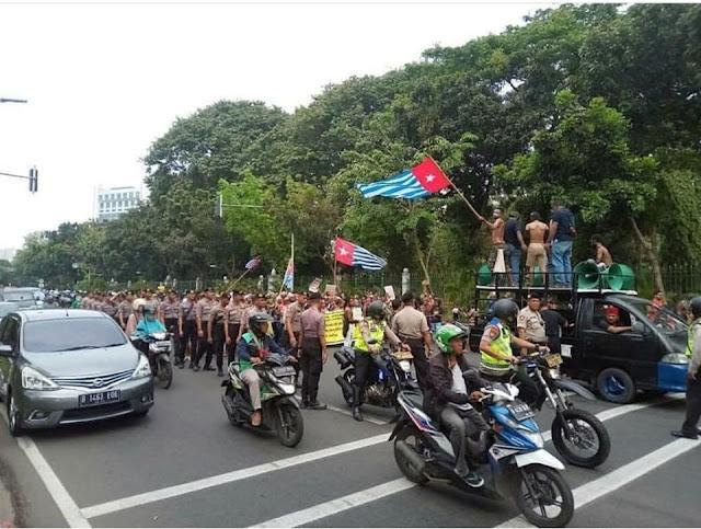 Bendera Bintang Kejora Berkibar di Depan Istana Negara dan Markas TNI