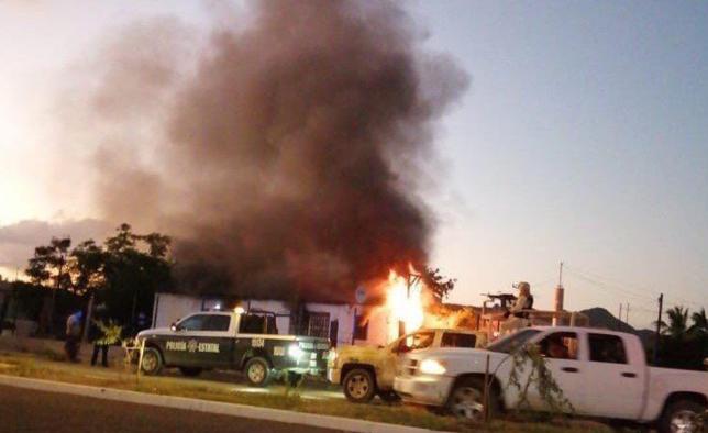 Sicarios levantan a hombre y queman casa con dos niños adentro en Sonora