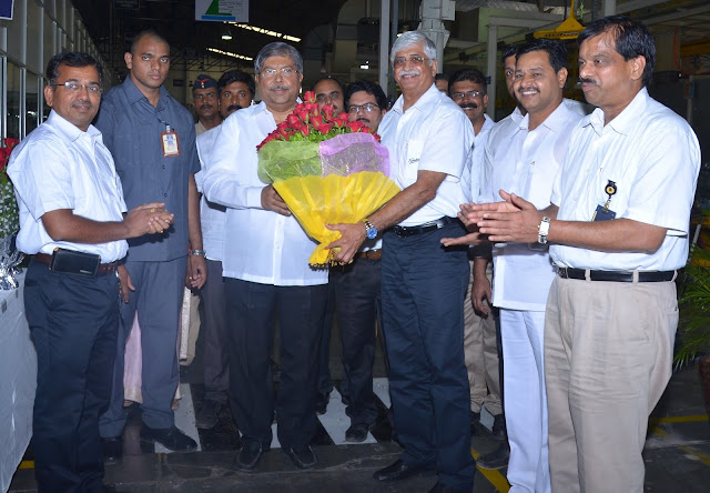 PHOTO --Centre (L) Hon'ble Shri Chandrakant Dada Patil being welcomed by Mr. Rajendra R. Deshpande, Joint Managing Director, Kirloskar Oil Engines Limited-