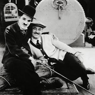 """Чарли Чаплин и Сид Чаплин на съемках """"Иммигранта"""" (1917)"""