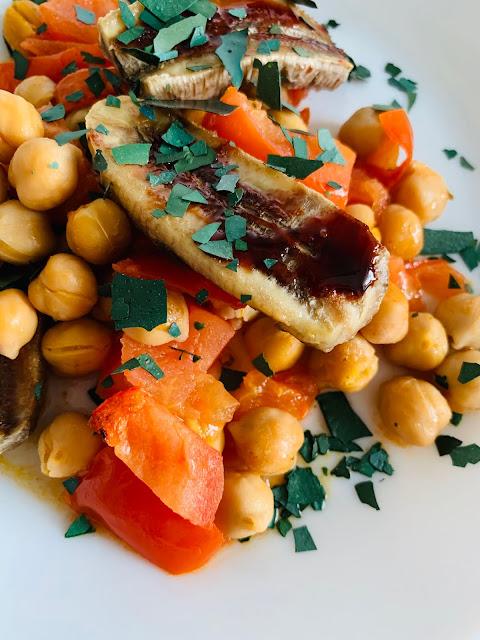 Würzige Kichererbsen mit gegrillten Bananen & Spirulina-Flocken #Rezept #glutenfrei #vegan, Akal Food, Tomaten, schnelles Gericht, Backofen, einfach