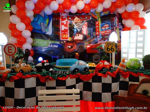 Mesa decorada com o tema Carros para festa de aniversário infantil
