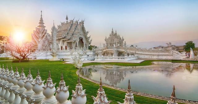 """Được biết đến tại địa phương với tên gọi """"Đền Trắng"""", Wat Rong Khun trước đây từng là một ngôi đền bị hư hỏng nặng cho đến khi được nghệ sĩ Chalermchai Kositpipat xây dựng lại bằng tiền riêng của mình."""