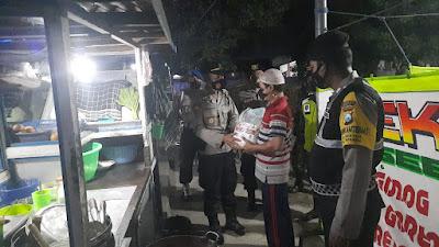PPKM Darurat, Polsek Ngasem Polres Kediri Salurkan Bansos Sembako ke Warga Terdampak