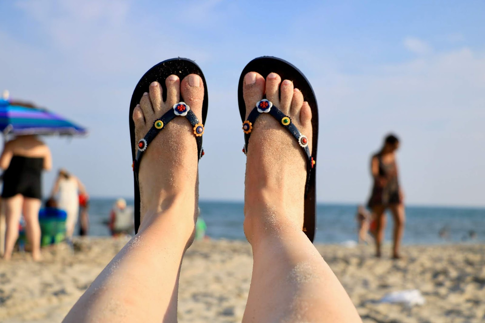 Nyc fashion blogger Kathleen Harper wearing Tory Burch rubber flip flops