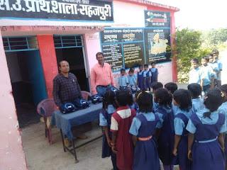 घंसौर के प्राथमिक शिक्षक शेख मंसूरी ने स्वंय के व्यय पर बच्चों को बांटी स्वेटर