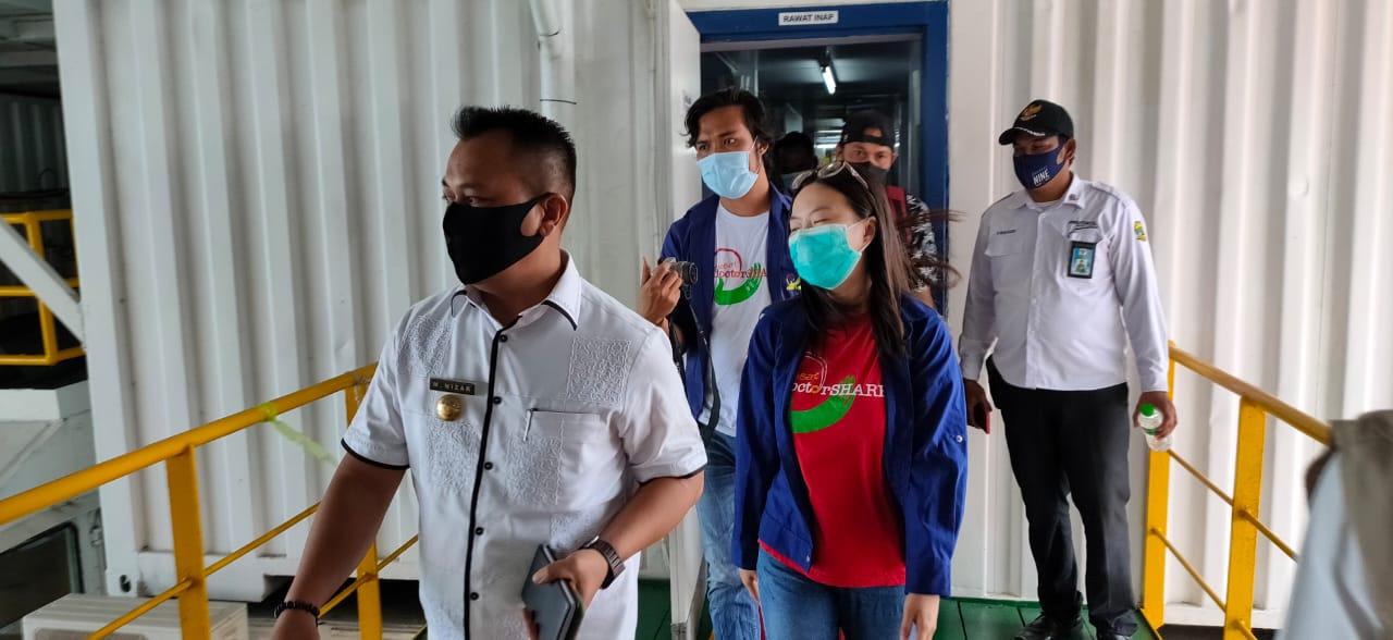 Bupati Lingga Kunjungi Rumah Sakit Apung Nusa Waluya II Dr Lie di Kecamatan Senayang