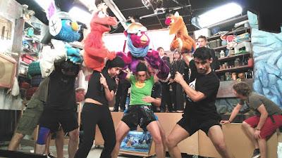 Foto donde se ve cómo manipulan a Les Feretes durante el rodaje