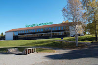 Lunner skole By Kjetil Ree (Own work) [CC BY-SA 3.0]. Google text added by H. Birkeland