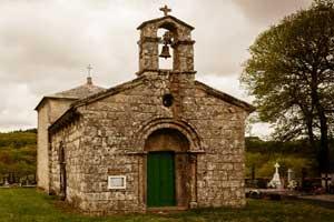 Iglesia de estilo románico y sus elementos arquitectónicos típicos