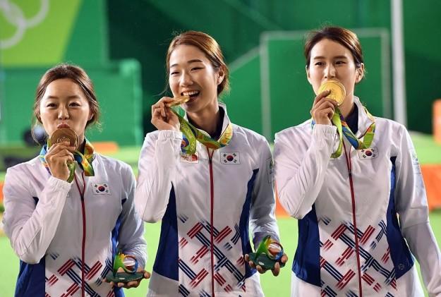 Por qué los atletas olímpicos muerden sus medallas en fotos