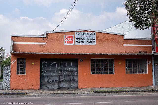 Predinho na Rua Mateus Leme, onde está instalada uma oficina