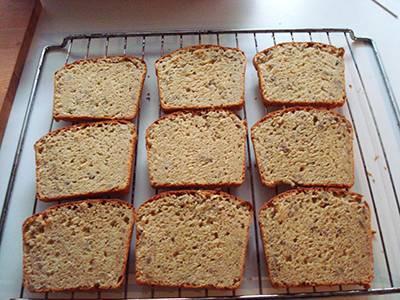 Quando il pane sarà ben freddo tagliarlo a fette piuttosto sottili e farlo tostare
