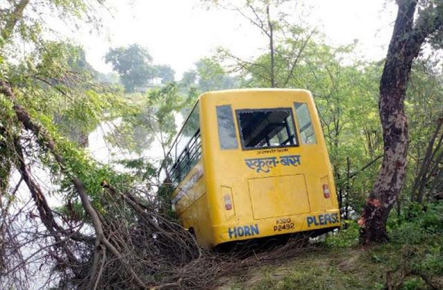 बच्चो से भरी बस नदी में उतरी, बड़ा हादसा होने से टला - newsonfloor.com