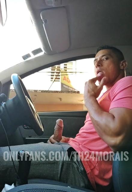 sacándose el pene en el auto