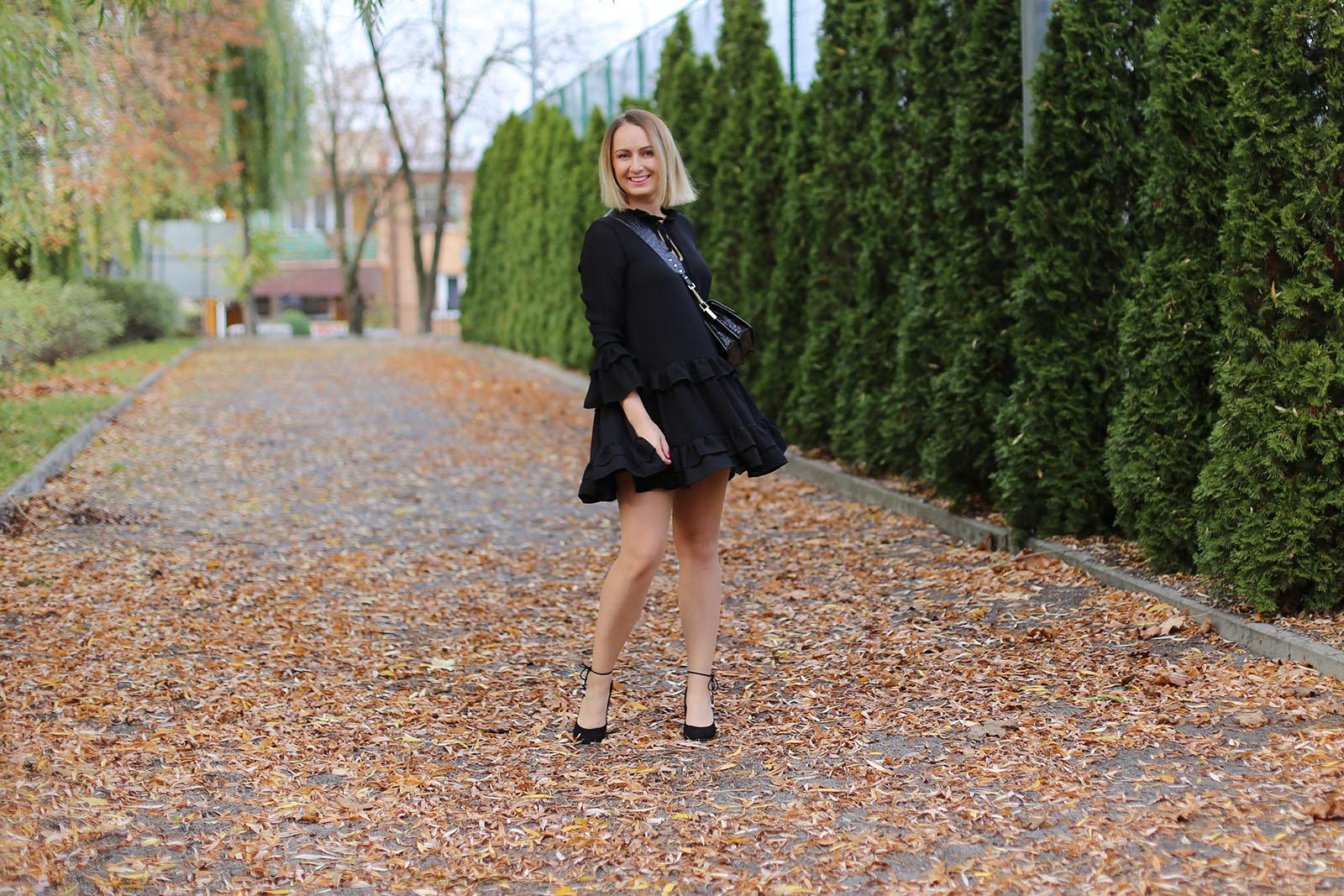 Czarna sukienka i torebka Zofii Chylak