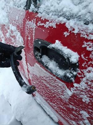 Winter lustige Bilder - Türgriff vom Auto bricht ab