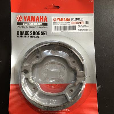 Nah sob, Yamaha Byson sendiri rem belakangnya cukup besar, namun tenang saja karena persamaan kampas remnya cukup melimpah (maklum dari Yamaha yang terjamin spesrpartnya haha).     Untuk kampas rem belakang, Yamaha Byson sendiri TIDAK SAMA dengan punya Yamaha MIO. Hal tersebut pernah kami coba karena ada bengkel yang sempat memberikan kami kampas rem belakang dari Yamaha Mio, namun ternyata punya Yamaha Mio lebih besar bentuknya.     Untuk Yamaha Byson sendiri, kampas remnya serupa dengan keluarga Yamaha MX lama. Oleh karenanya bila kalian ingin mencari kampas rem belakang untuk Yamaha Byson, cari saja kampas rem tromol Yamaha MX.
