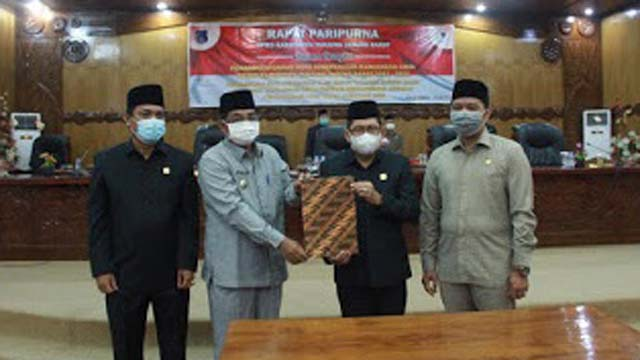 Bupati Tanjabar Hadiri Rapat Paripurna DPRD Dengan Agenda Penandatanganan Nota Rancangan Awal RPJMD