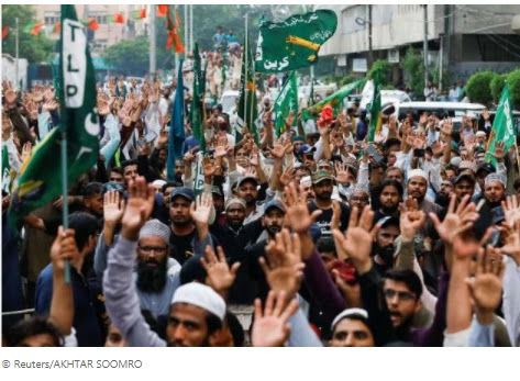 Thousands protest in Pakistan over reprinting of Muhammad (PBUH) cartoons in France