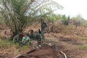 Salut, Ditengah Pemadaman Karhutla Prajurit TNI Sholat di Bawah Pohon Sawit