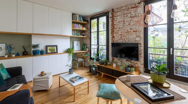 Salón con gran mueble de madera de DM y mesa de trabajo incluída