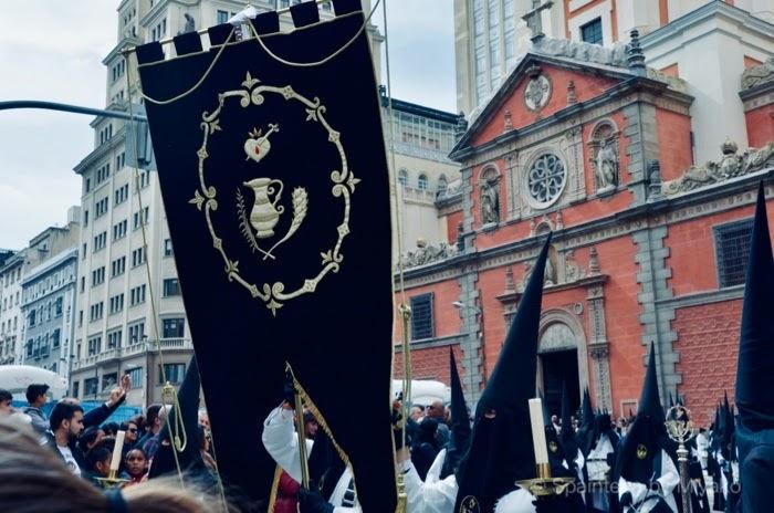 スペインのセマナサンタの象徴の一つ三角防止をかぶる信者