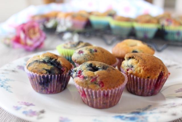 """alt=""""muffins myrtilles, framboise sur une assiette fleurie"""""""