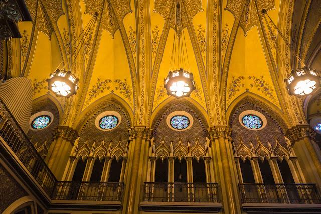 A Catedral de Curitiba - detalhes do interior - balcão, vitral e abóboda