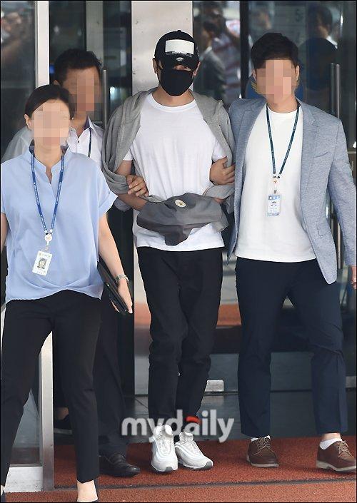 Kang Ji Hwan mağdurlardan özür diledi, netizenlerin onları yalan söylemekle suçlamamasını istedi