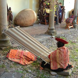 Peruana Tecendo, no Museo Inka, em Cusco