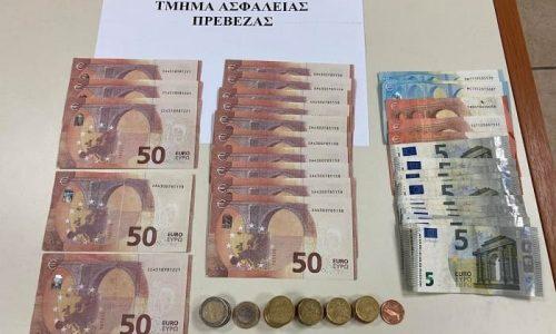 Στην Πέρδικα Θεσπρωτίας συνελήφθησαν από αστυνομικούς των Αστυνομικών Σταθμών Πέρδικας και Πάργας δύο ημεδαποί, οι οποίοι κατηγορούνται για κυκλοφορία πλαστών χαρτονομισμάτων.