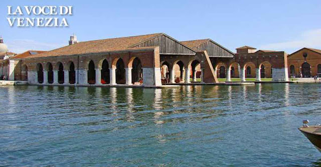 La darsena dell'Arsenale di Venezia, sede ideale per il ''barch-in'', ovvero il cinema in barca