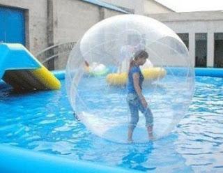 Dengan bola air yang harganya murah kita mampui berjalan diatas air