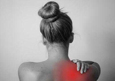 Penyakit frozen shoulder serta etiologi dan faktor risiko- Kondisi ini akan sangat mempengaruhi bagian bahu di dalam tubuh manusia. Kondisi ini menyebabkan adanya rasa nyeri pada bahu dan terbatasnya lingkup gerak sendi pada bahu. Sehingga apabila seseorang mengalami hal ini, orang tersebut akan terganggu dalam melakukan aktivitas kesehariannya.  Nah untuk mengetahui lebih lanjut dari bahasan penyakit frozen shoulder serta etiologi dan faktor risikonya, silahkan di simak dan baca dengan yang telah tersaji di bawah ini.     Penyakit Frozen Shoulder Serta Etiologi Dan Faktor Risiko  Frozen shoulder merupakan sebuah kondisi yang mempengaruhi keadaan fisik dari bagian bahu di dalam tubuh manusia. Kondisi ini akan memberikan efek nyeri dan keterbatasan gerakan pada sendi bahu sehingg manusia akan terganggu dalam melakukan aktifitas kesehariannya dengan baik dan normal.  Maka dari itu penting untuk memahami dan mengenali konisi ini serta etilogi dan faktor risiko terjadinya kondisi ini, untuk mengetahuinya silahkan simak dan baca dengan sebagai berikut ini :  1. Pengertian Frozen Shoulder  Frozen shoulder atau capsulitis adhesiva adalah suatu kondisi yang menyebabkan keterbatasan gerak sendi bahu yang sering terjadi tanpa penyebab yang pasti (Yuliana, 2014). Frozen shoulder menyebabkan kapsul yang mengelilingi sendi bahu mengkerut dan membentuk jaringan parut.  Frozen shoulder juga dapat diartikan sebagai suatu gangguan yang bersifat idiopatik dan adanya gangguan pada sendi bahu karena peradangan.  2. Etiologi Frozen Shoulder  Etiologi dari kondisi ini adalah sebagai berikut : Belum diketahui Imobilisasi lama Trauma pada bahu Over use atau penggunaan bahu yang berlebihan Capsulitis adhesiva adalah peradangan adhesif antara kapsul sendi dan tulang rawan artikuler perifer pada bahu, disertai obliterasi bursa subdeltoidea, ditandai dengan peningkatan rasa nyeri, kekakuan, dan keterbatasan gerak.  3. Faktor Risiko Frozen Shoulder  Faktor risiko dari kondisi ini adalah sebagai