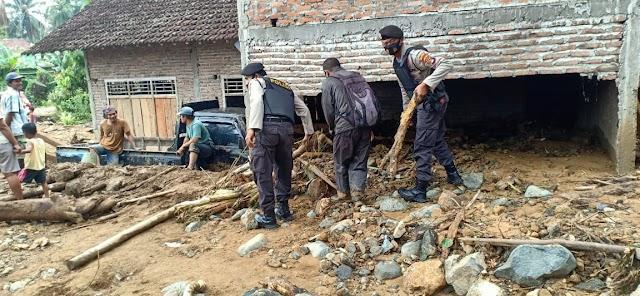 Pasca Banjir di Semaka, Sat Sabhara Polres Tanggamus Bantu Bersihkan Material Banjir