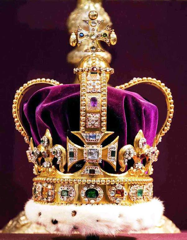 Coroa de Santo Eduardo usada na coroação dos reis ingleses a púrpura no centro