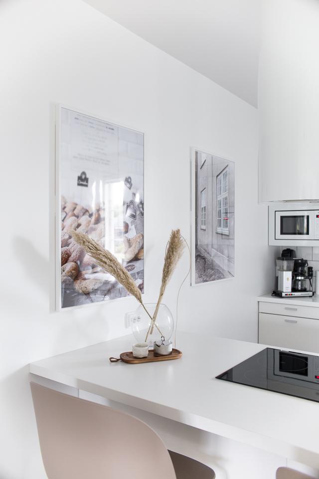 Villa H, keittiön sisustus, pampaheinät, puustelli, valkoinen keittiö, Gubi beetle