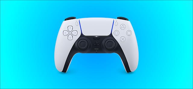 وحدة تحكم DualSense من Sony لجهاز PS5 على خلفية زرقاء