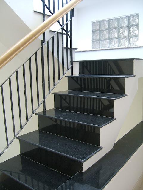 cầu thang ốp đá đen
