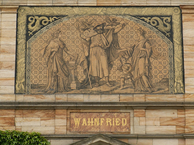 Engraving of Wagner's motto over the front portal to Wahnfried (Photo Wikipedia)