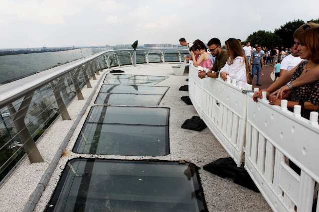 Опасные стёкла на мосту