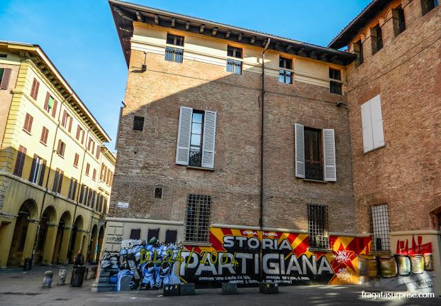 Pichações políticas na Piazza Verdi, Bolonha, Itália