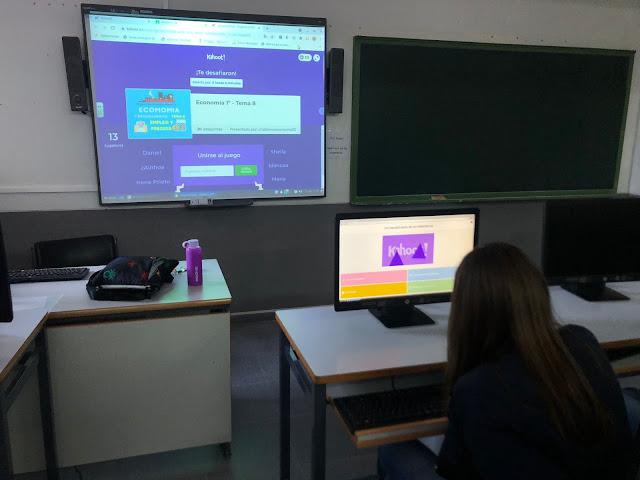 Estudiantes de Bachillerato juegan con Kahoot, clase de Economía en el Infolaboratorio.