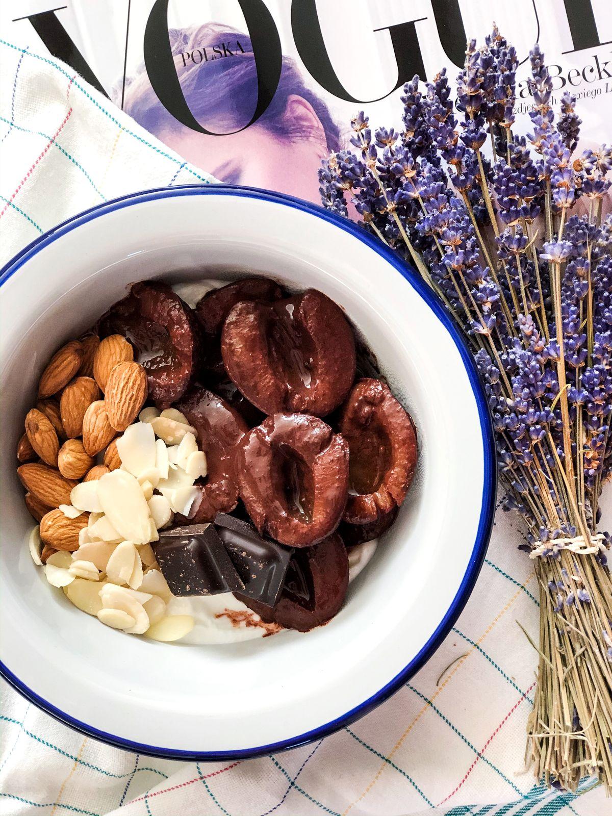 Przepis na jogurt z duszonymi śliwkami z nutą czekolady i cynamonu.
