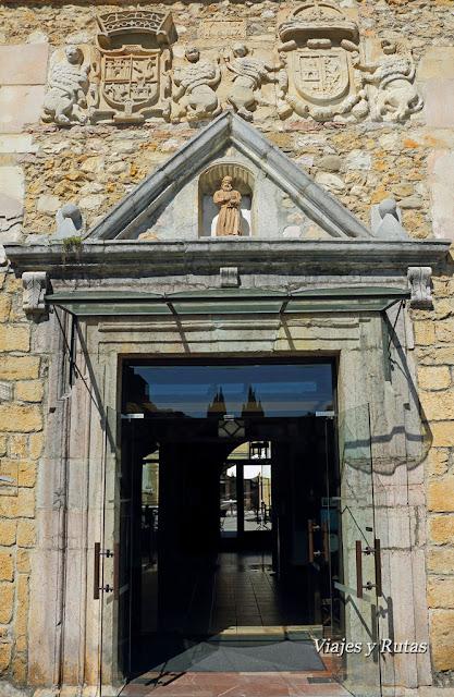 Entrada al Parador, antiguo monasterio de San Pedro de Villanueva