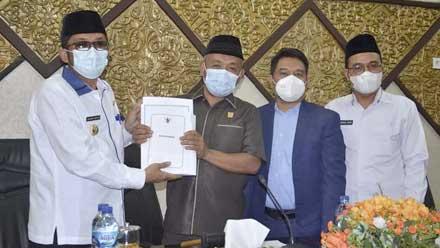 Walikota Padang serahkan Nota Keuangan dan Ranperda RAPBD 2022